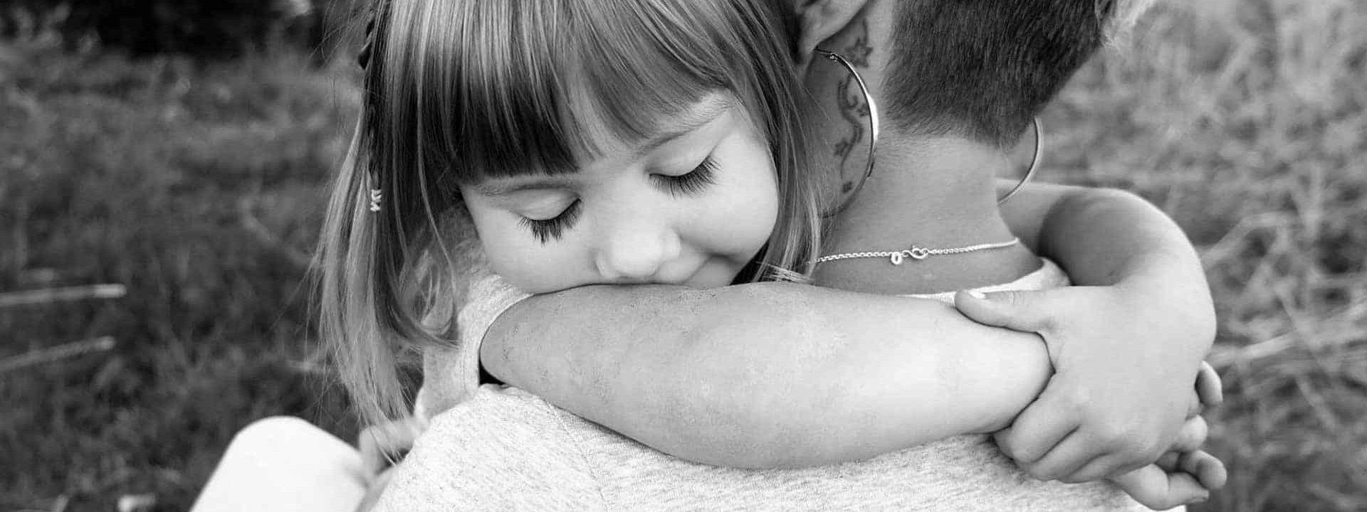 Mama und Kind Umarmung - Familie und Liebe