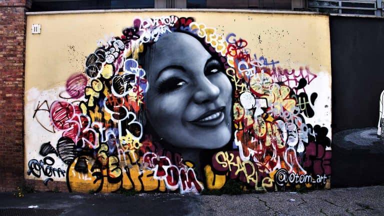 Graffiti einer Frau an der Wand einer Stadt