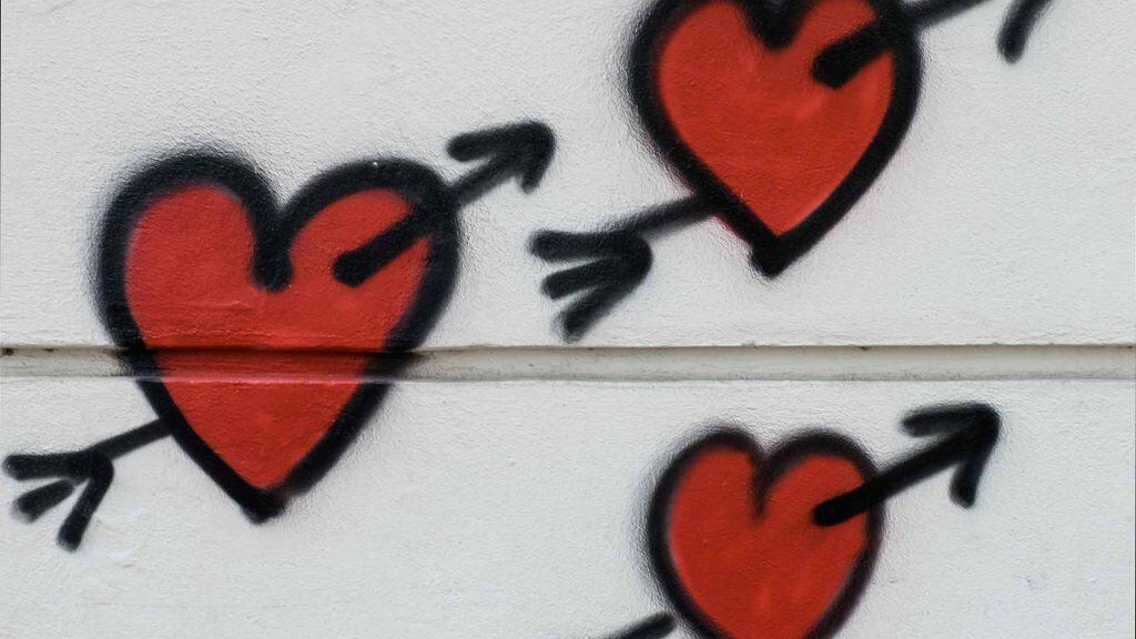 Graffiti rote Herzen an einer Wand